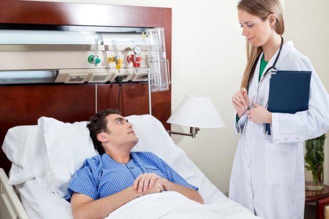 Человек с сильным кашлем до рвоты должен проходить лечение в условиях стационара