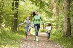 Для профилактики кашля стоить проводить больше времени на свежем воздухе