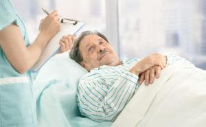 На протяжении всего периода лечения пневмонии стоит соблюдать постельный режим