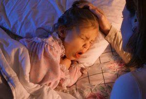 При ночном сильном кашле у ребёнка стоит вызвать скорую помощь