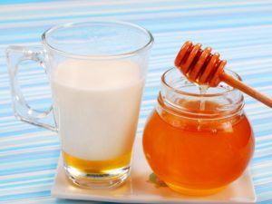 Молоко с маслом и медом для отхождения мокроты