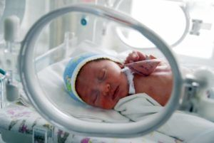 Вероятность развития интранатальной пневмонии повышают малый вес ребенка при рождении