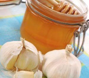 Чеснок с луком и медом для лечения кашля