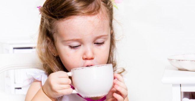 Эффективнее распаривание ног будет если малыш пьет травяные чаи и парит ноги