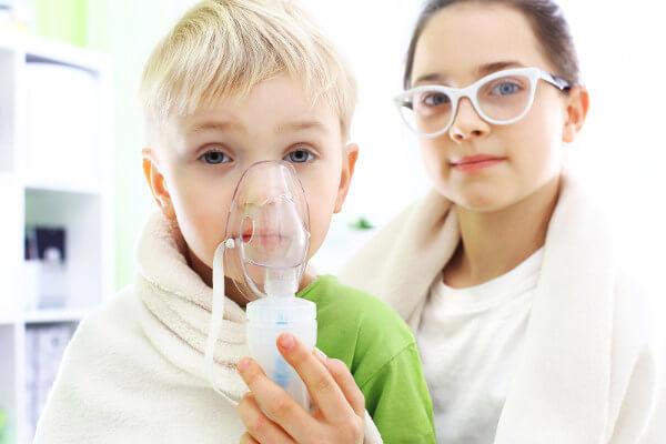 Ингалятор воздействует на очаг заболевания вдыханием лекарственных препаратов