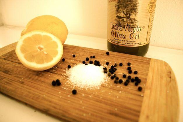Лимон с солью и черным перцем