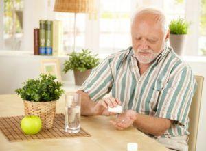 Людям, ежедневно принимающим различные медикаменты, не следует использовать травяные сборы