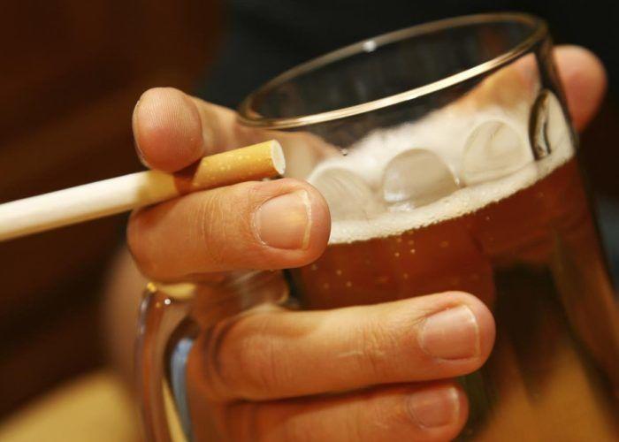 Людям, злоупотребляющим спиртные напитки и курильщикам