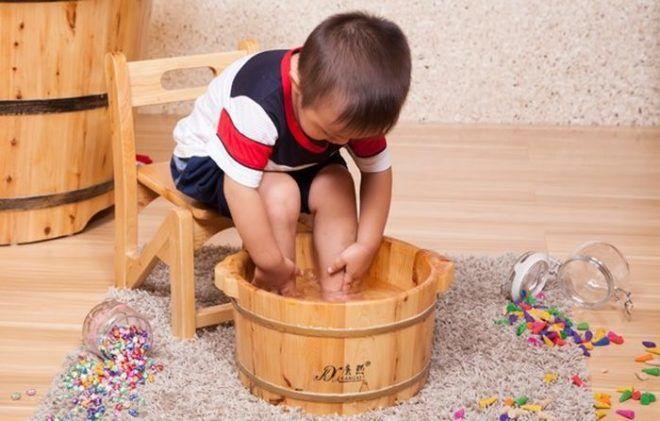 Можно ли при кашле парить ноги ребенку
