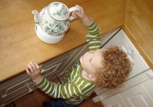 Не оставлять чайник с водой без присмотра