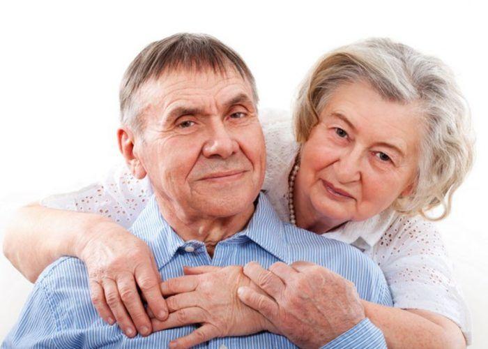 Пожилым людям старше 65 лет