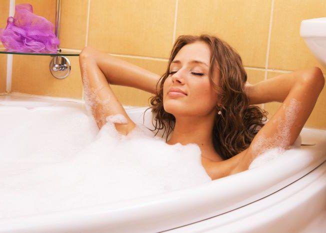 Принятие теплых ванн с эфирными маслами