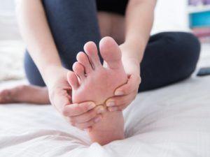 Для профилактики инфарктной пневмонии стоит делать массаж ног