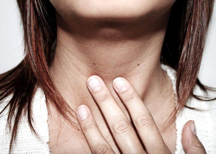 При заболеваниях горла