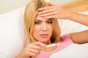 Первые симптомы ларинготрахеита начинаются с повышения температуры и боли головы